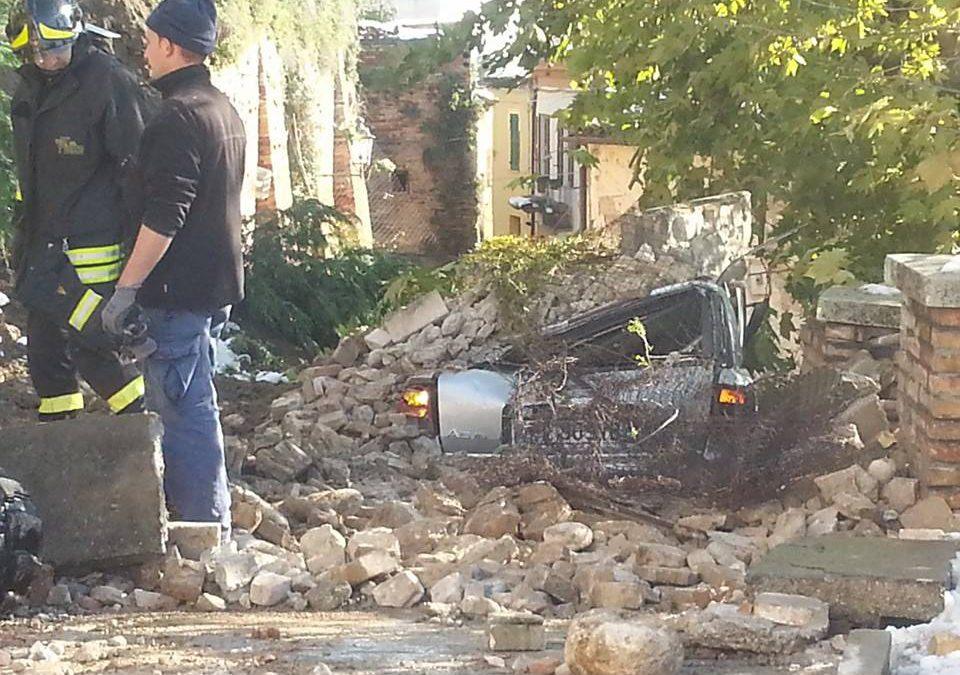 Sfiorata tragedia a Loreto: frana un muro, schiacciata una macchina in sosta
