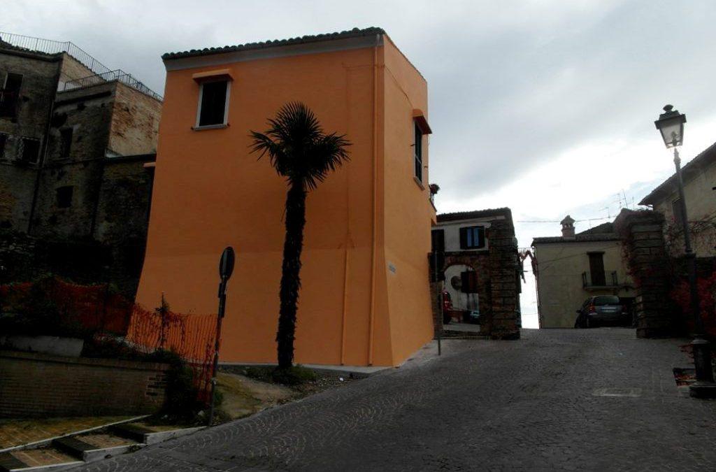 """Polemica per la torre di colore arancione nel centro storico. L'esperto: """"un crimine culturale"""""""